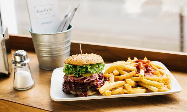 Zum Abholen: Burger nach Wahl + Pommes oder Salat