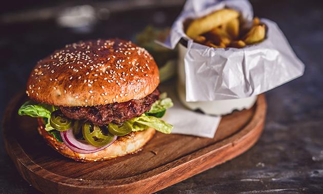 Burger + friet + salade + ijsje bij T Kwadraat