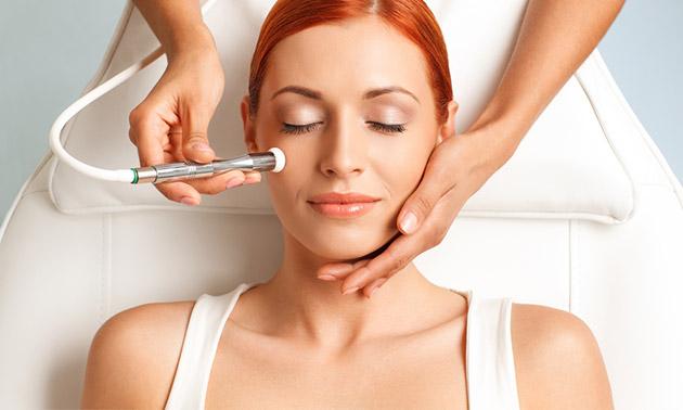 Hydroabrasion-Behandlung + Hautanamnese