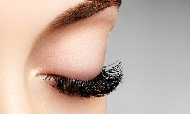 Wimperextensions one by one of Russian volume